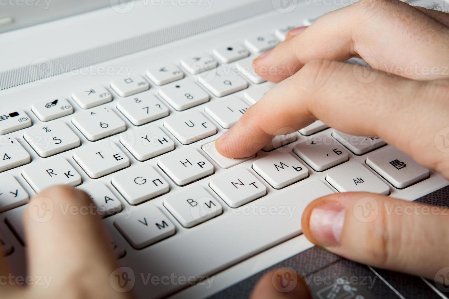 doigts humains sur le clavier du portable photo