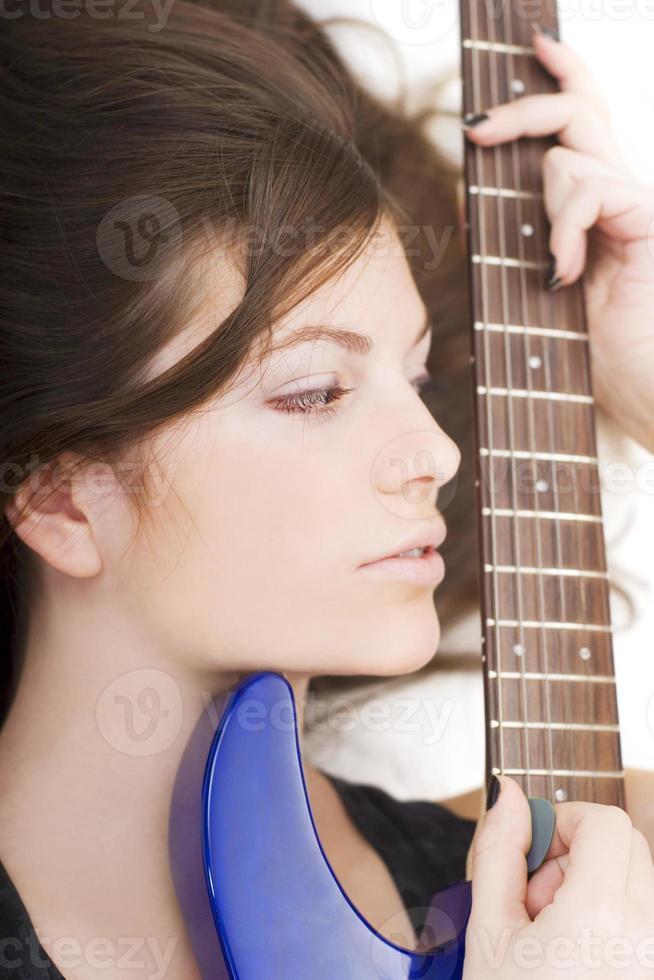 dame avec une guitare photo