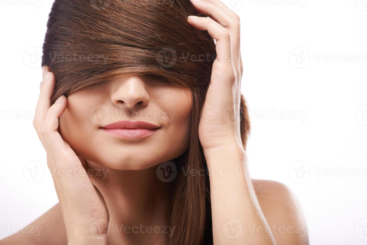 couvrant les yeux avec des cheveux photo