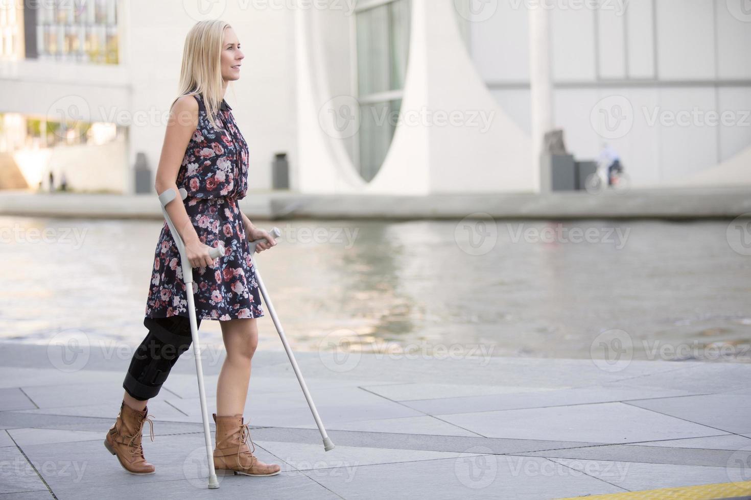femme blonde avec des béquilles photo
