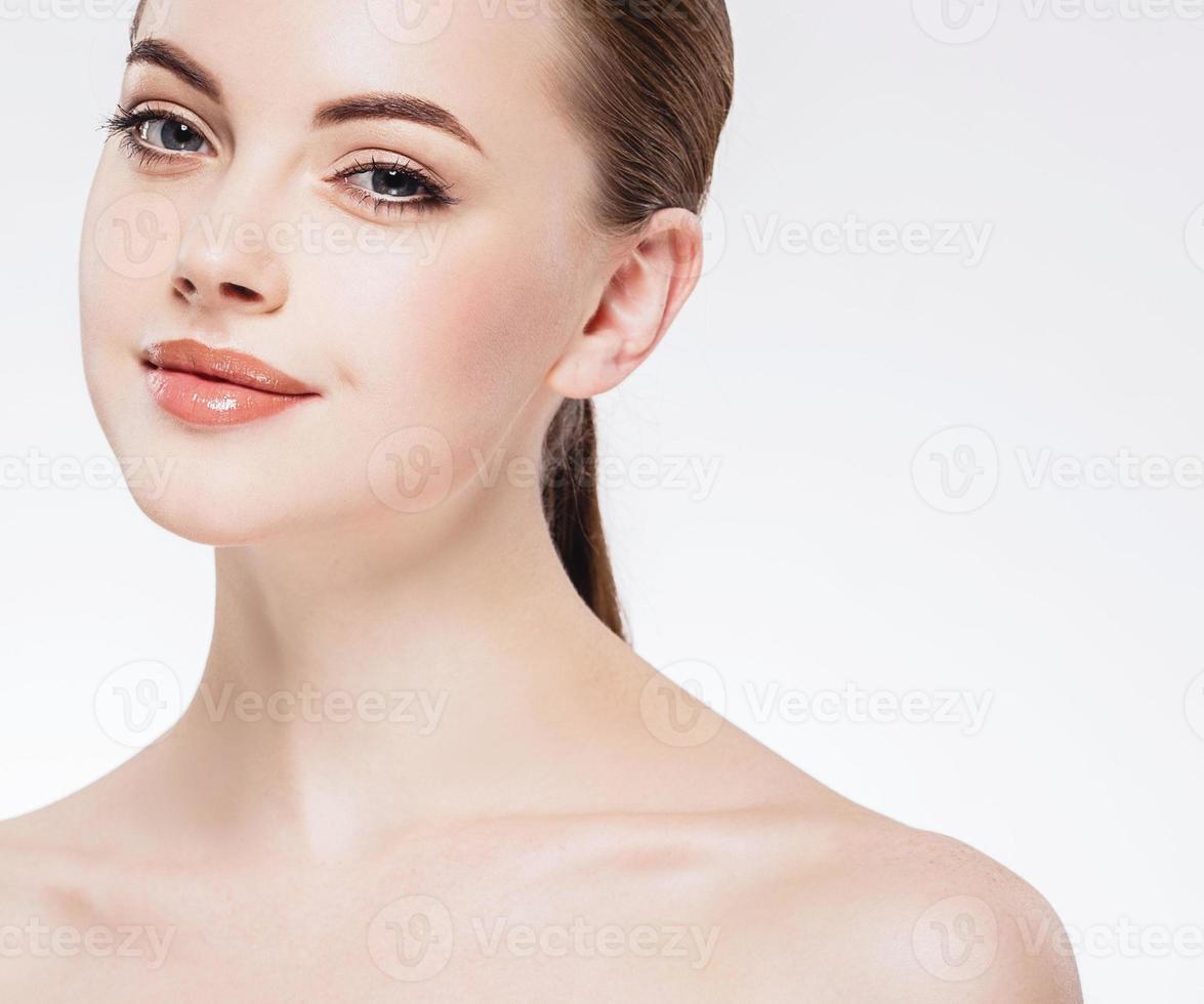 visage de belle femme gros plan portrait studio heureux sur blanc photo