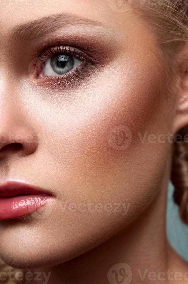 modèle blonde commerciale de beauté photo