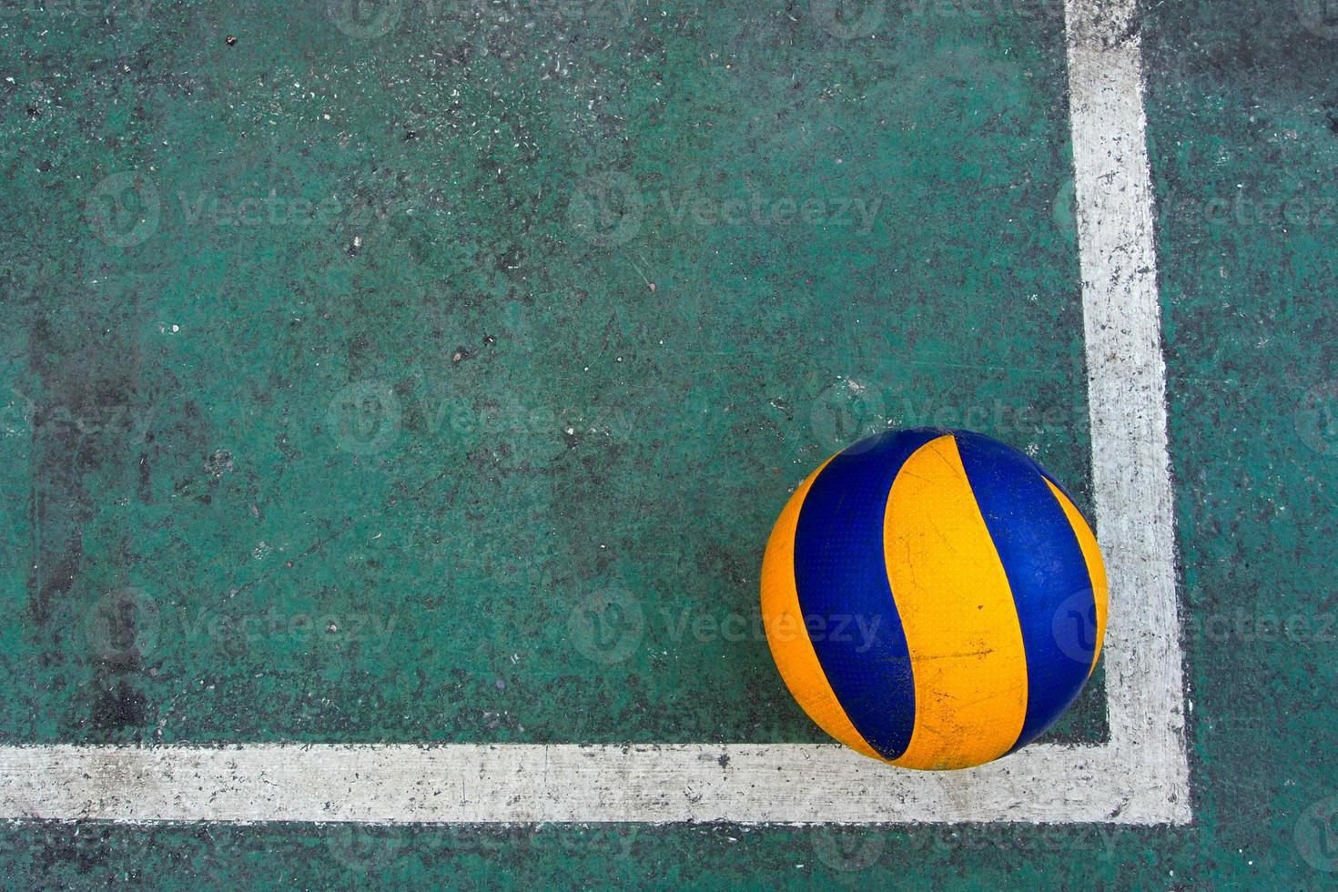 vieux volley-ball sur un terrain sale photo