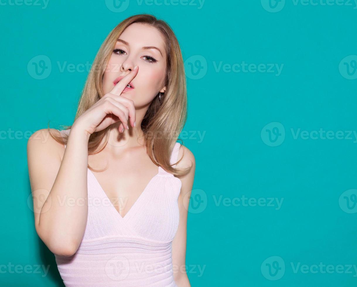 fille avec un doigt sur ses lèvres photo