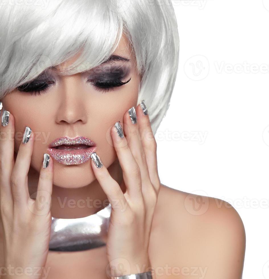 fille blonde de mode. beauté portrait femme. cheveux courts blancs. photo