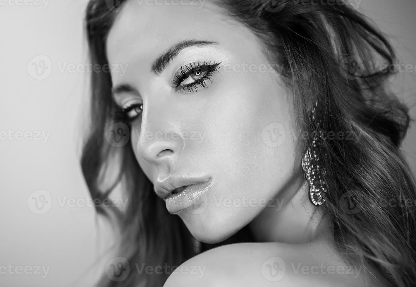 portrait noir et blanc de la jeune beauté romantique. photo