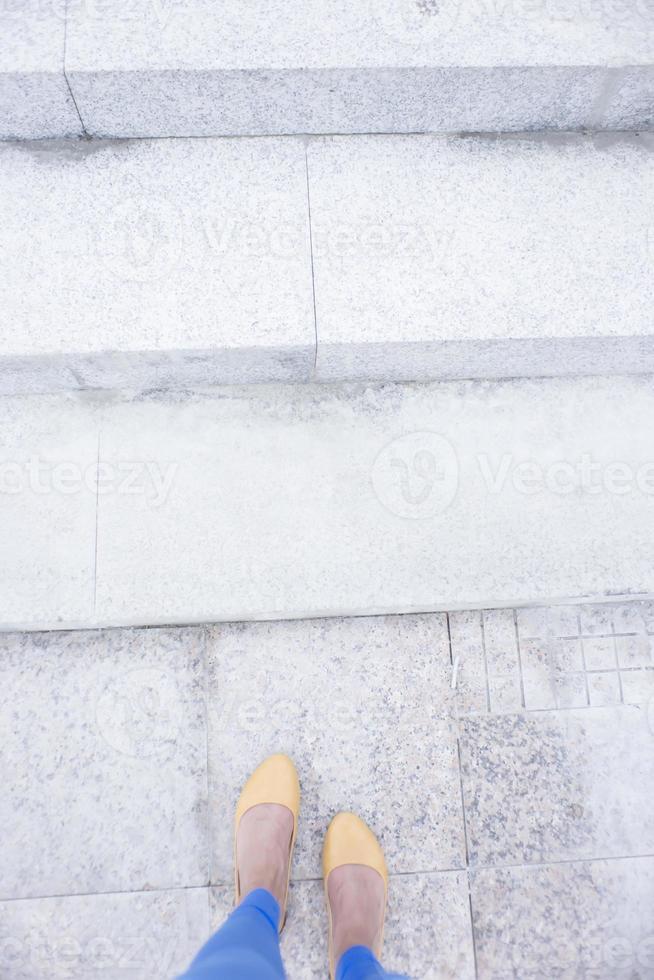 les pieds des femmes dans les escaliers en ballerines jaunes photo