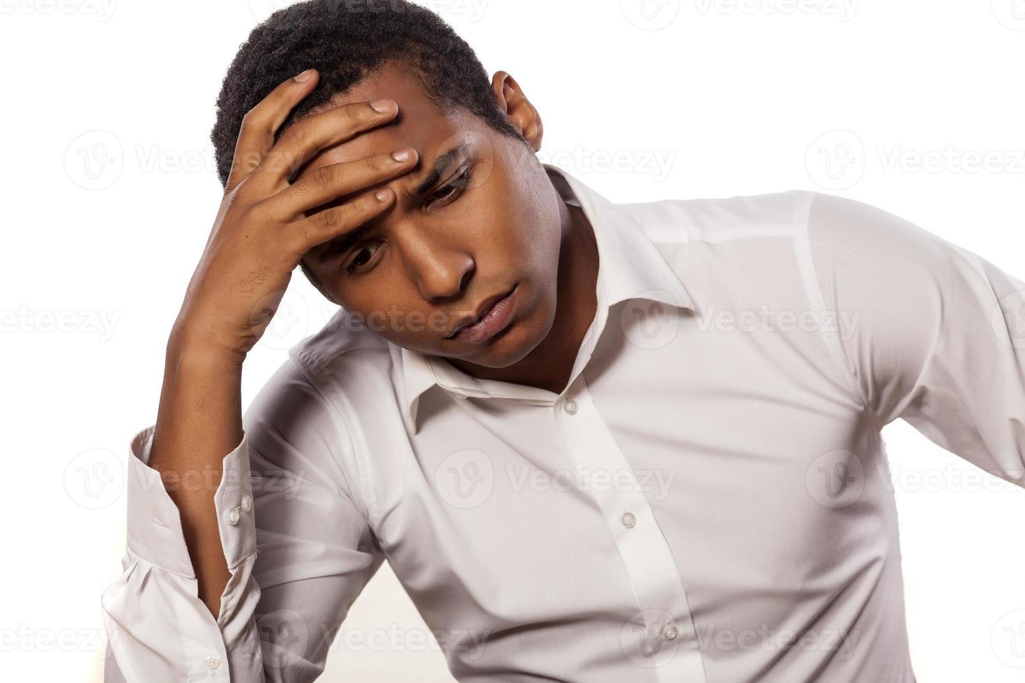 homme d'affaires africain désespéré sur fond blanc photo