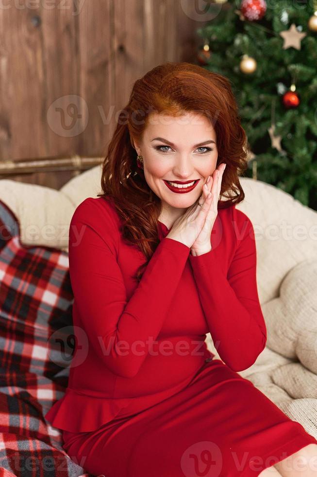 femme en robe rouge souriant photo