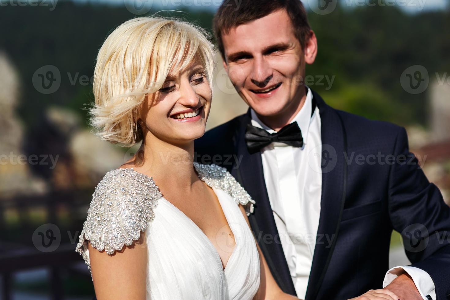 couple de mariage dope sur la montagne photo