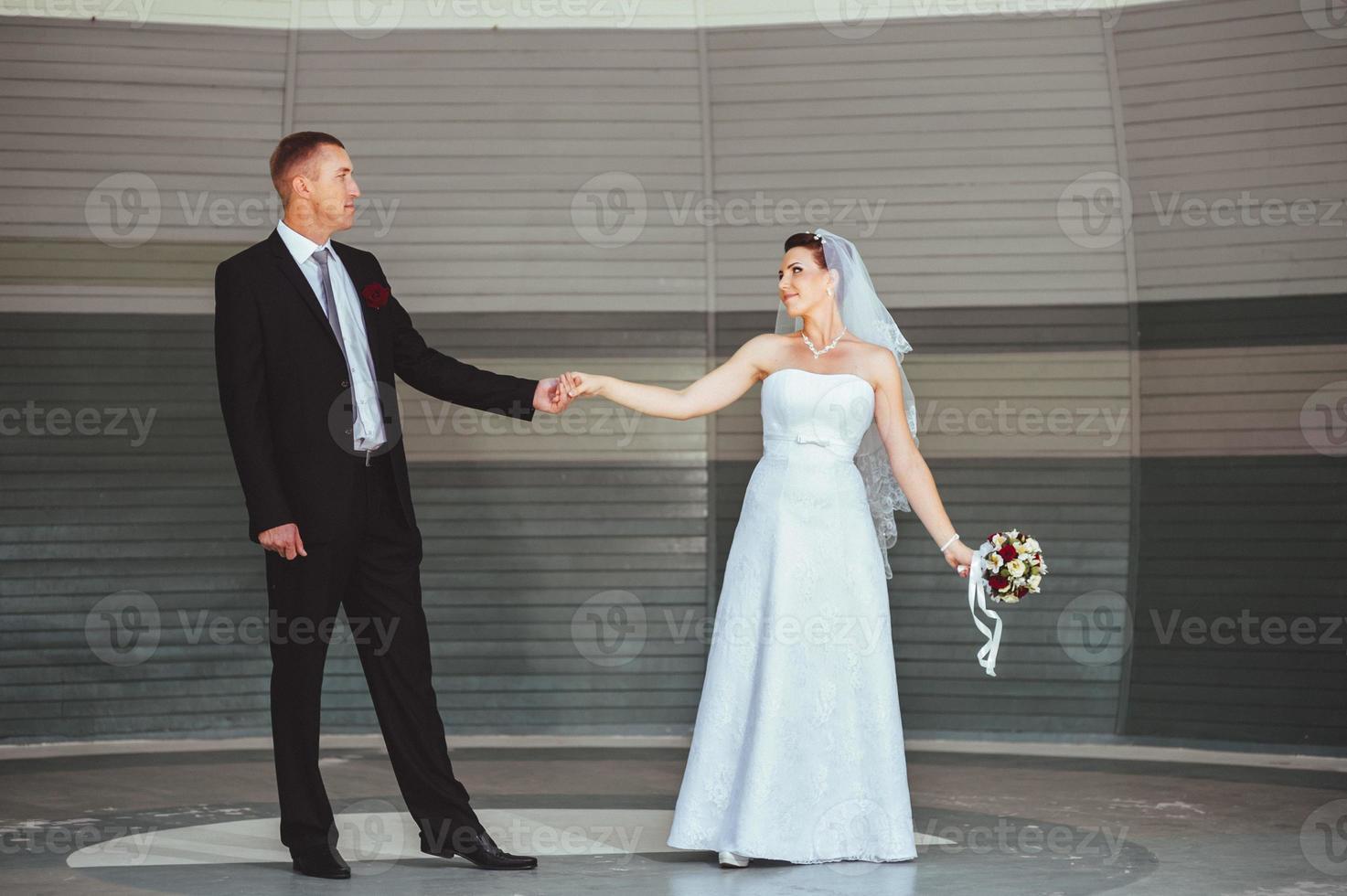 danse de mariage en plein air. les danseurs adorent voler photo