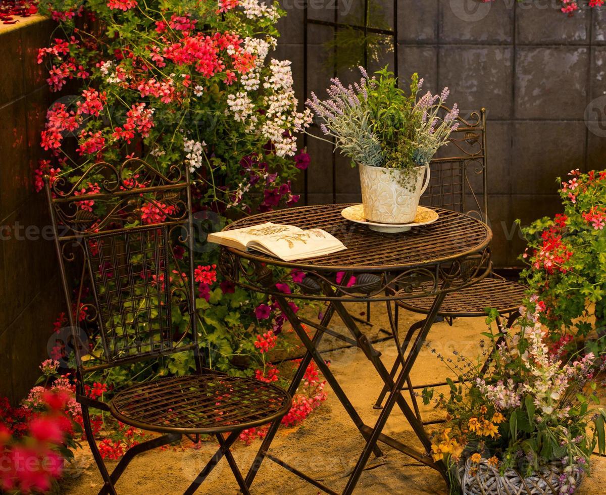 espace détente entouré de belles fleurs photo