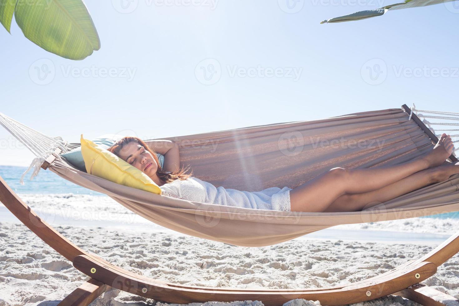 brune relaxante dans le hamac photo