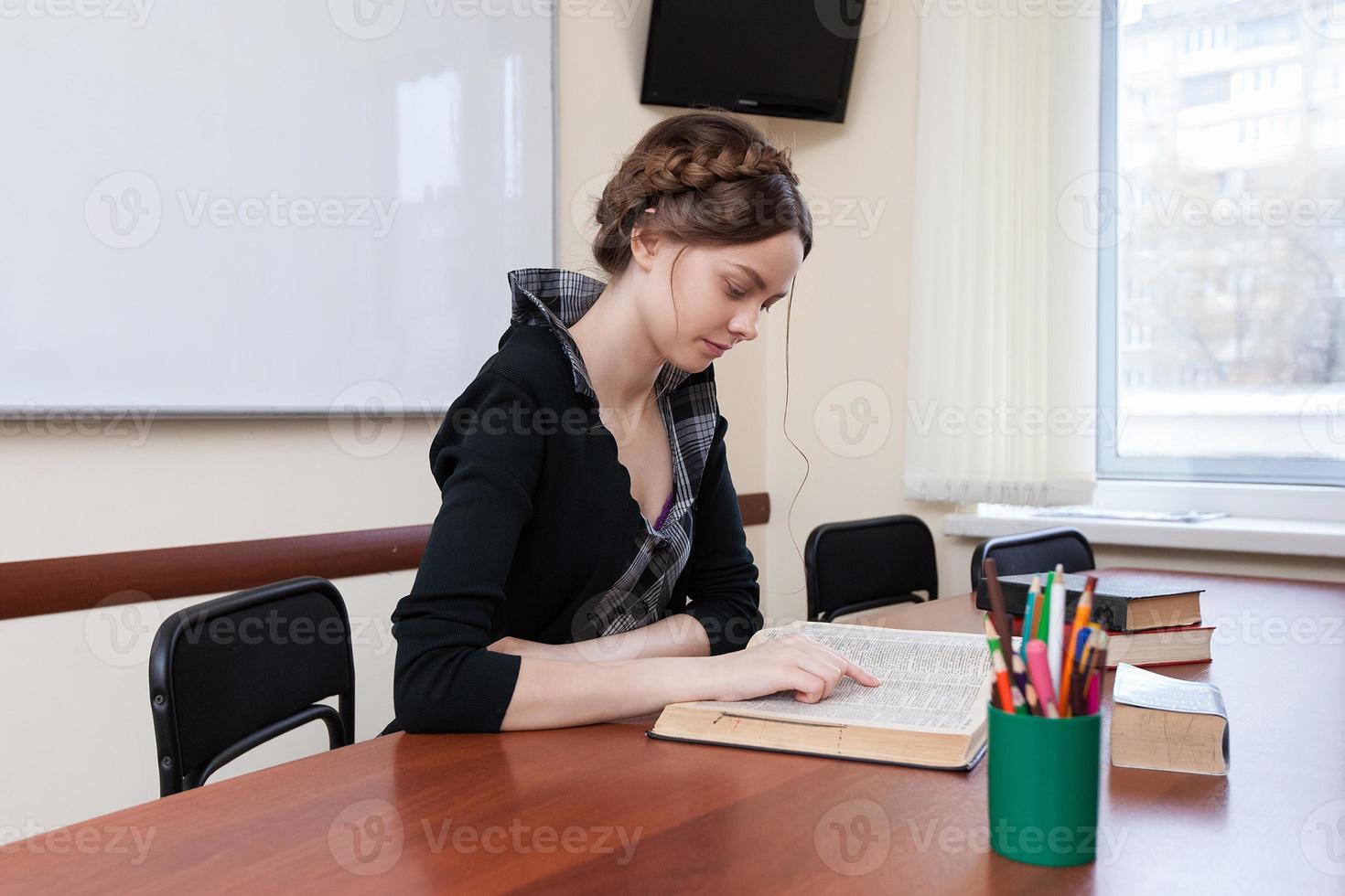 étudiant lit un manuel photo