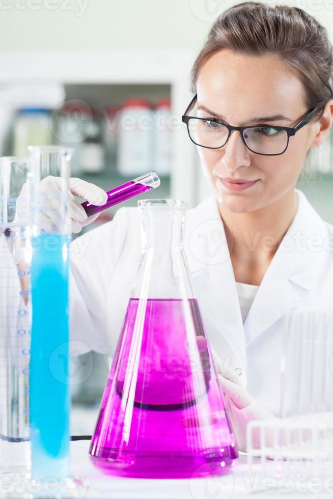 technicien de laboratoire pendant le travail photo