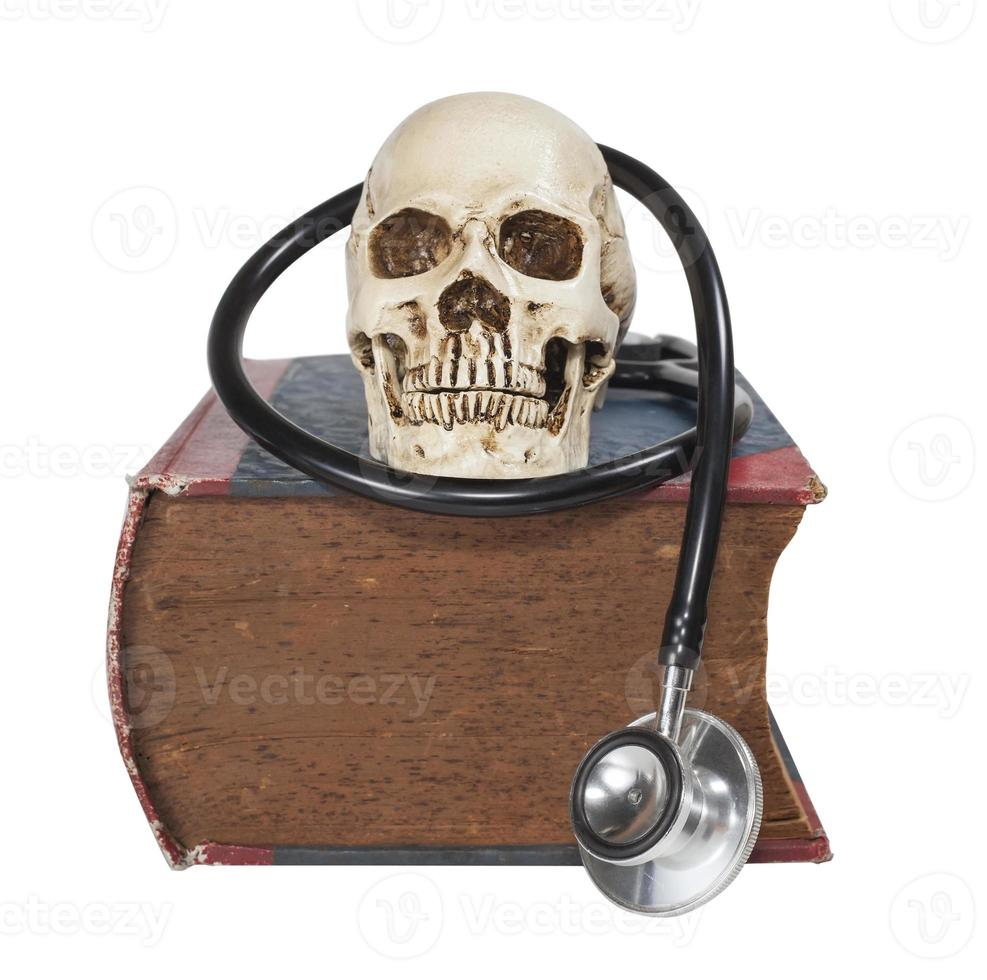 crâne et stéthoscope sur vieux livre de texte photo