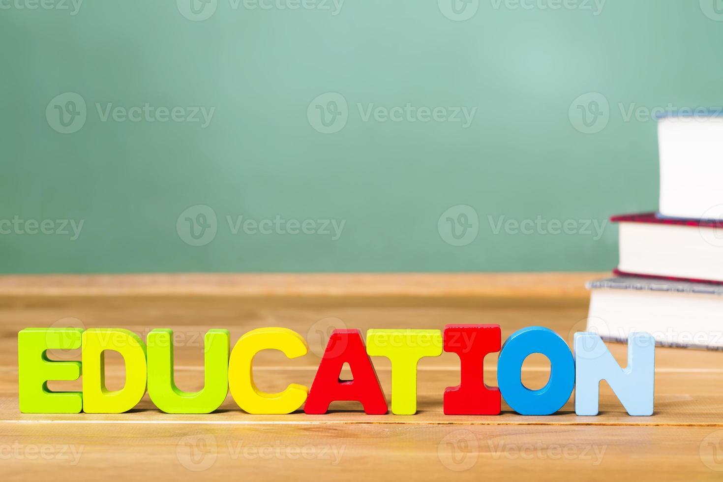 thème de l'éducation avec des manuels et un tableau noir vert photo