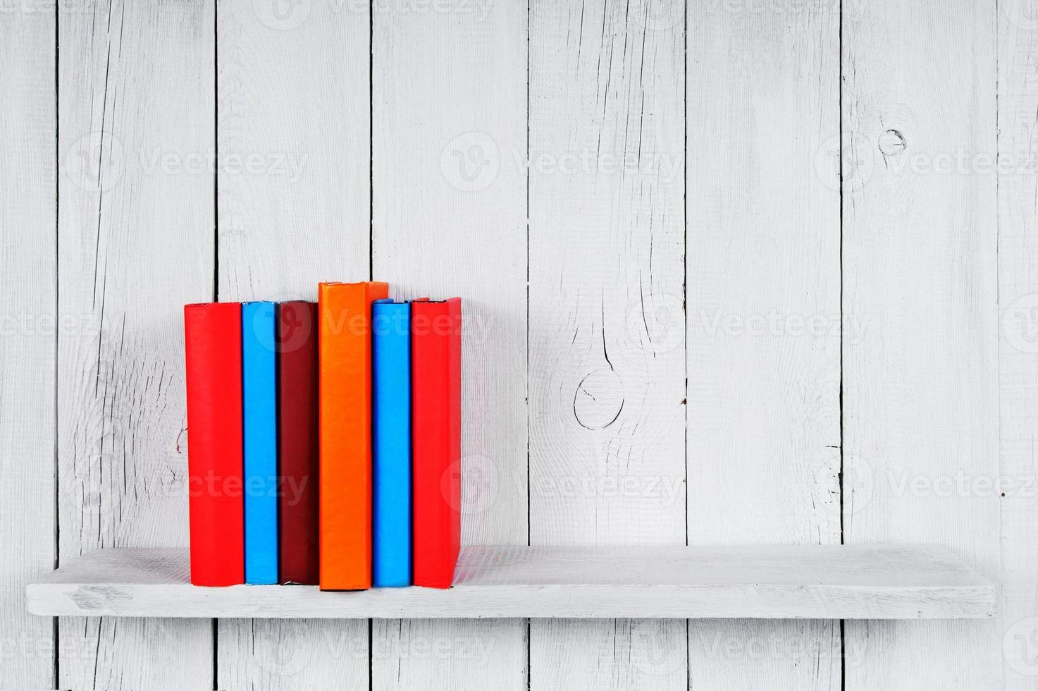 livres sur une étagère en bois. photo