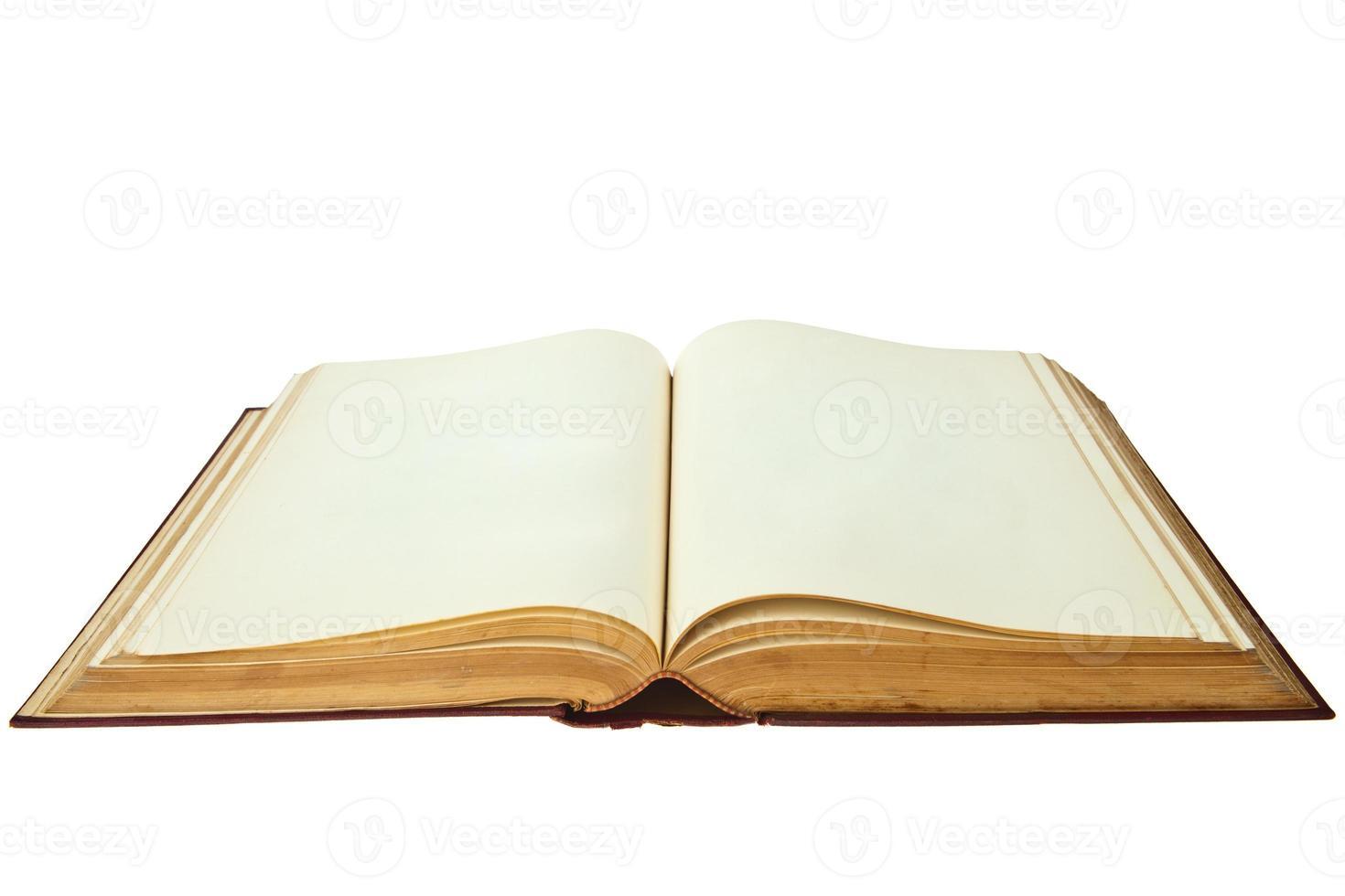 vieux livre ouvert isolé sur fond blanc photo