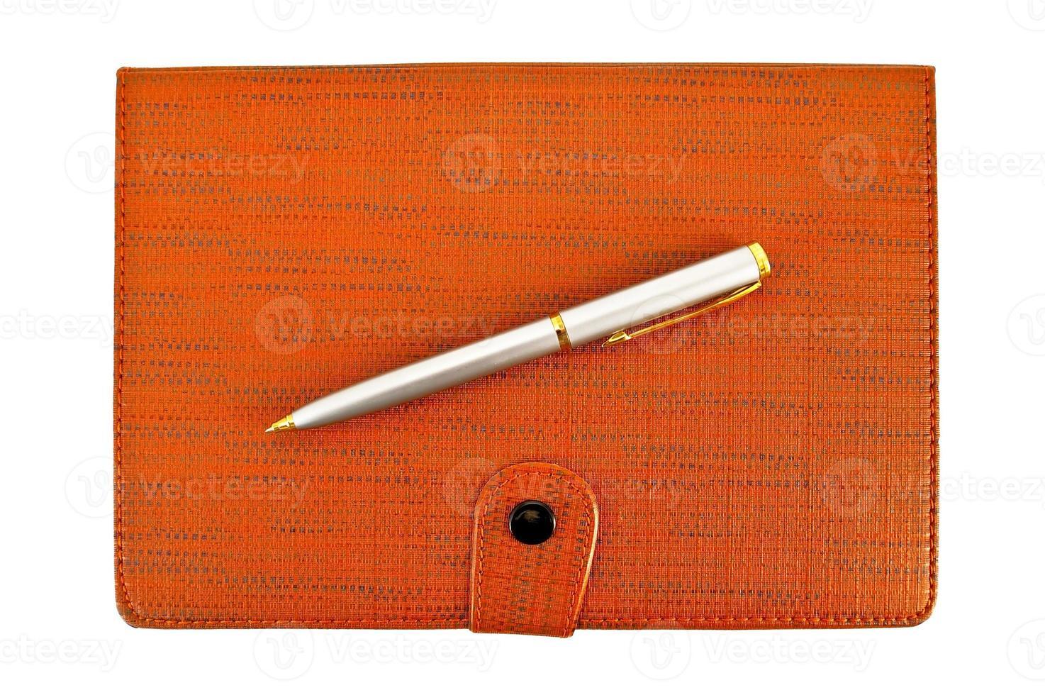 cahier avec un stylo argenté photo