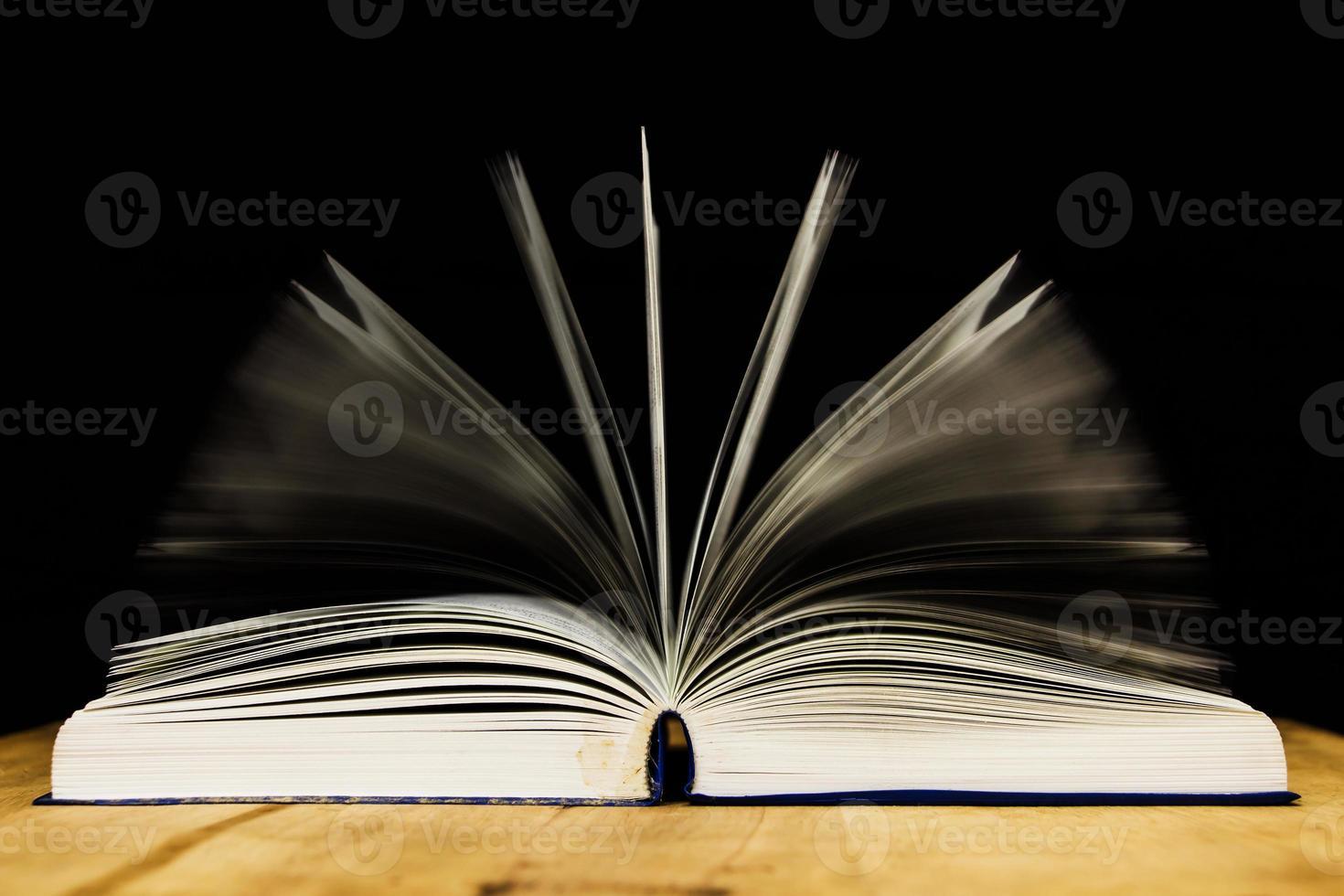 livre ouvert sur table en bois photo