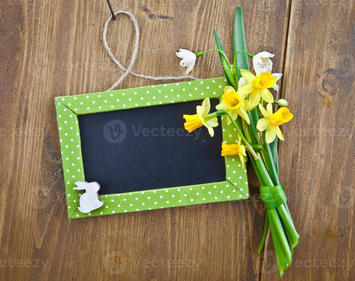 petit tableau et fleurs de printemps photo