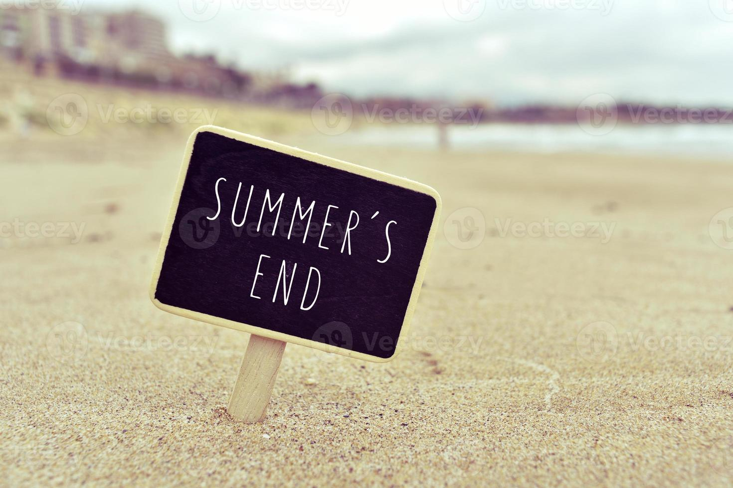 tableau noir avec le texte les étés se terminent sur une plage photo
