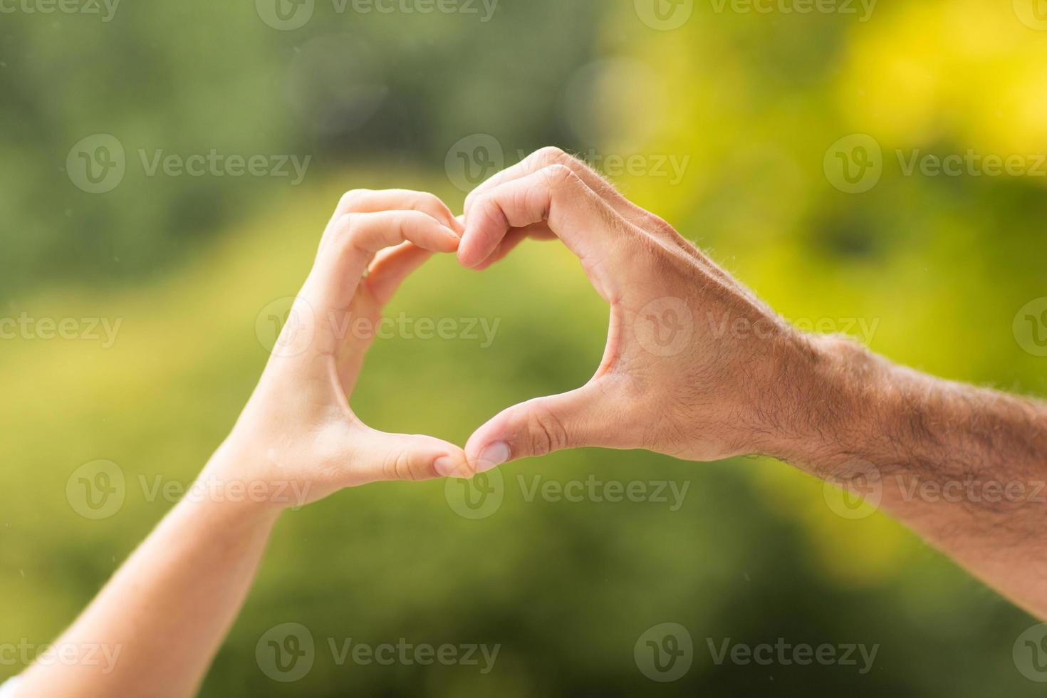 mains formant coeur photo