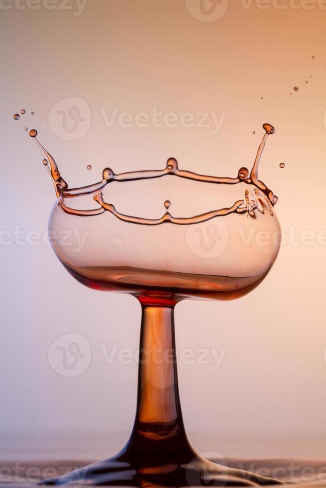 sculpture d'eau - un verre de vin rouge photo