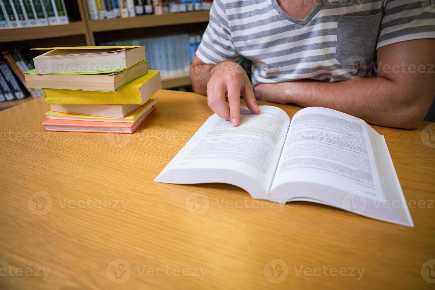 étudiant étudiant à la bibliothèque photo