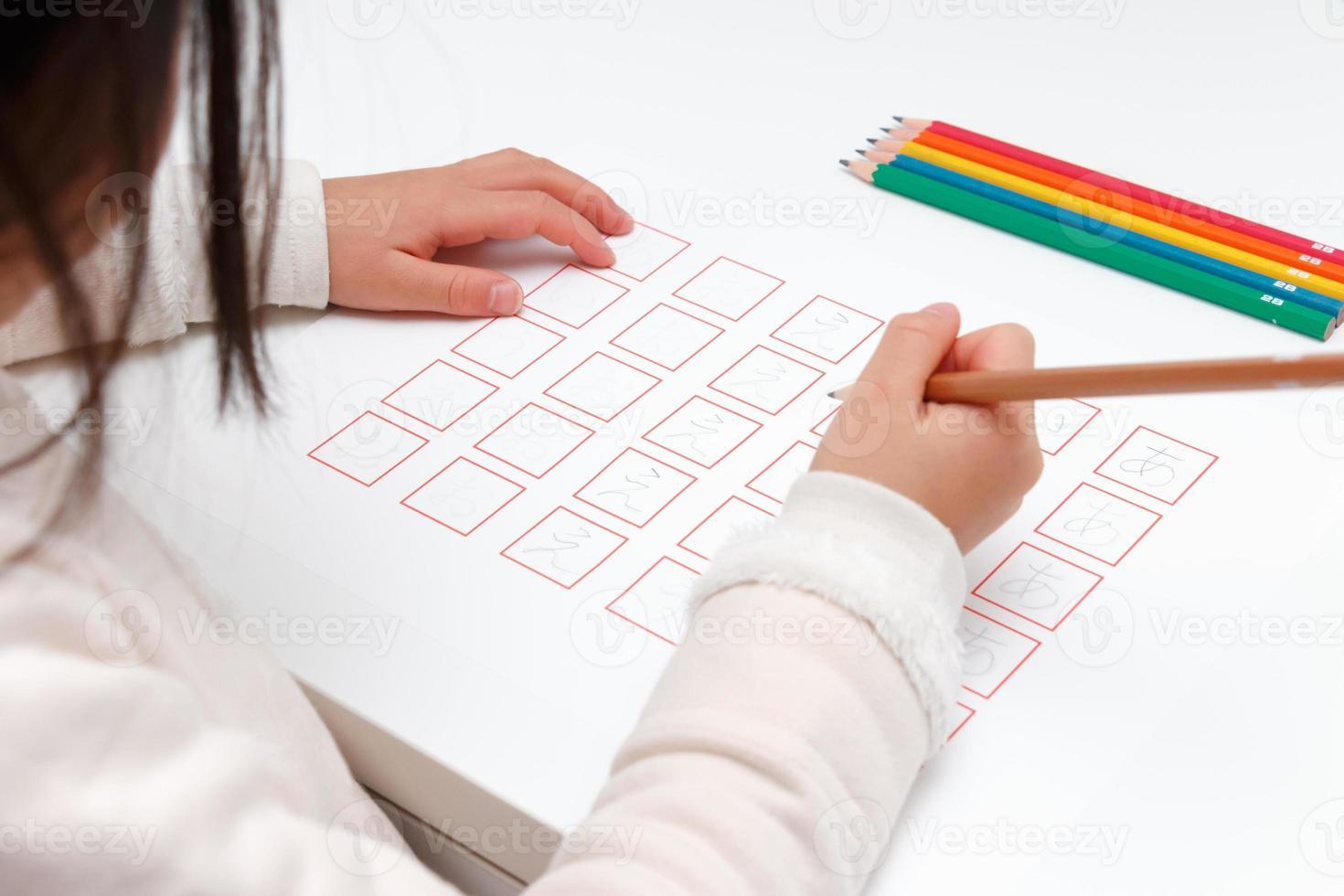 fille qui étudie l'hiragana photo