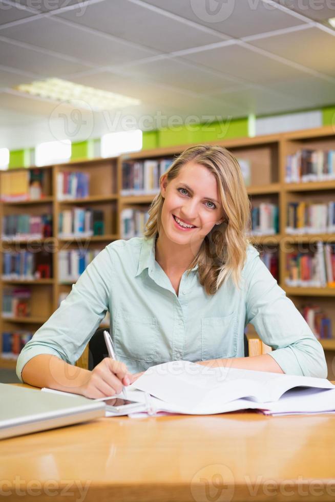 jolie étudiante étudie à la bibliothèque photo