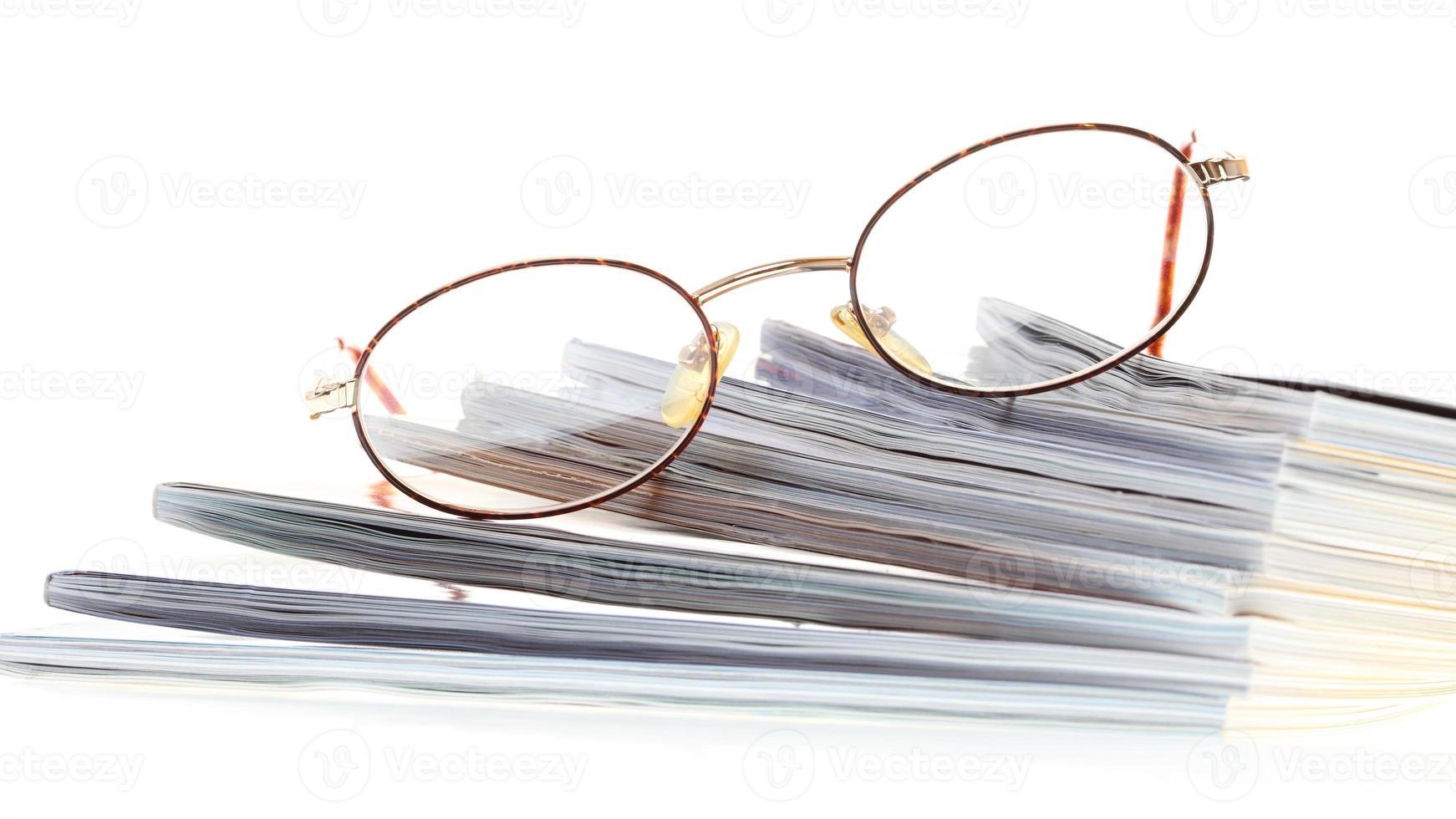 lunettes ebook reader isolé sur blanc photo