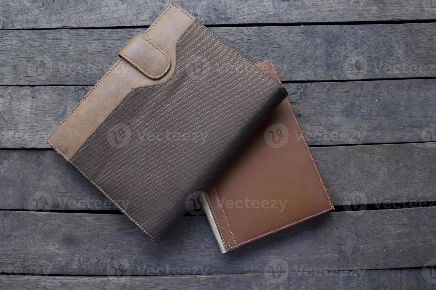 livre relié sur fond de bois photo