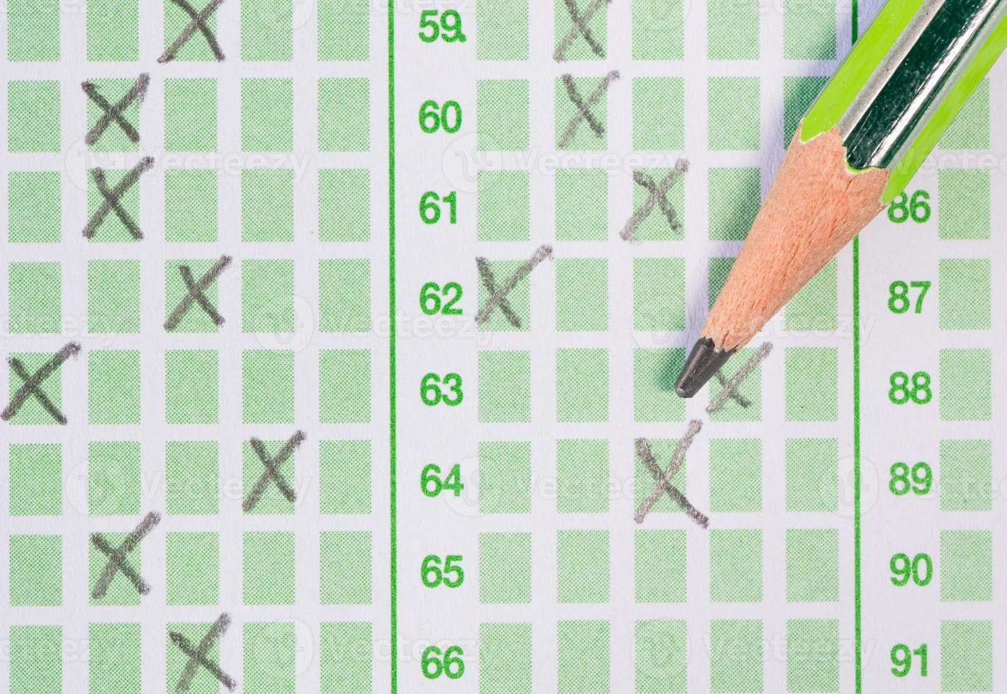 crayon sur feuille de réponses photo