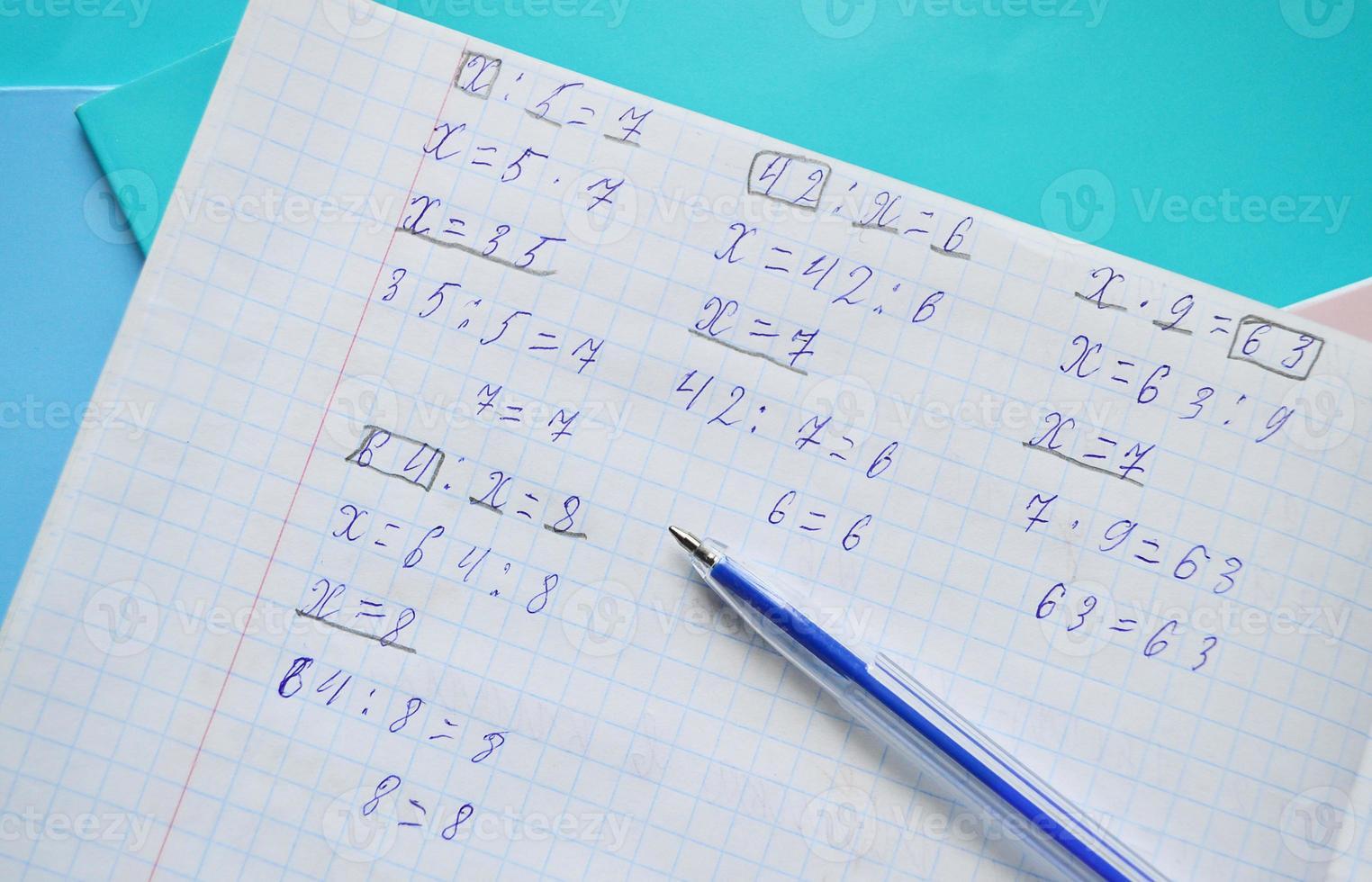 devoirs de mathématiques dans un cahier photo