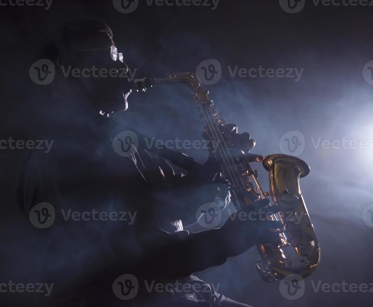musicien de jazz africain jouant du saxophone photo