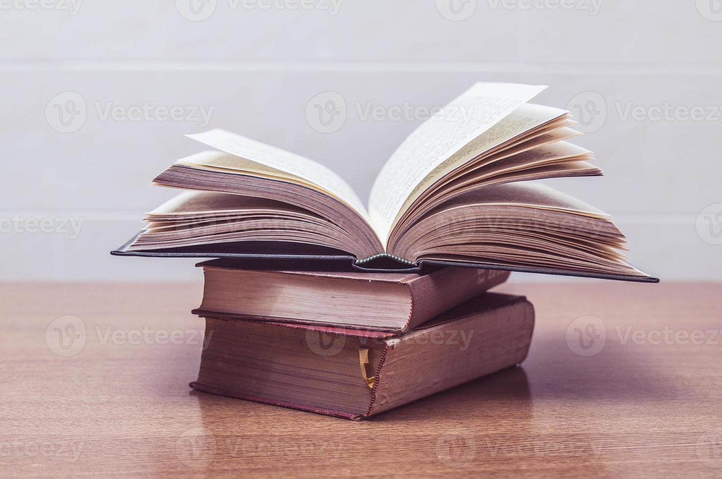 quelques vieux livres sur une table photo