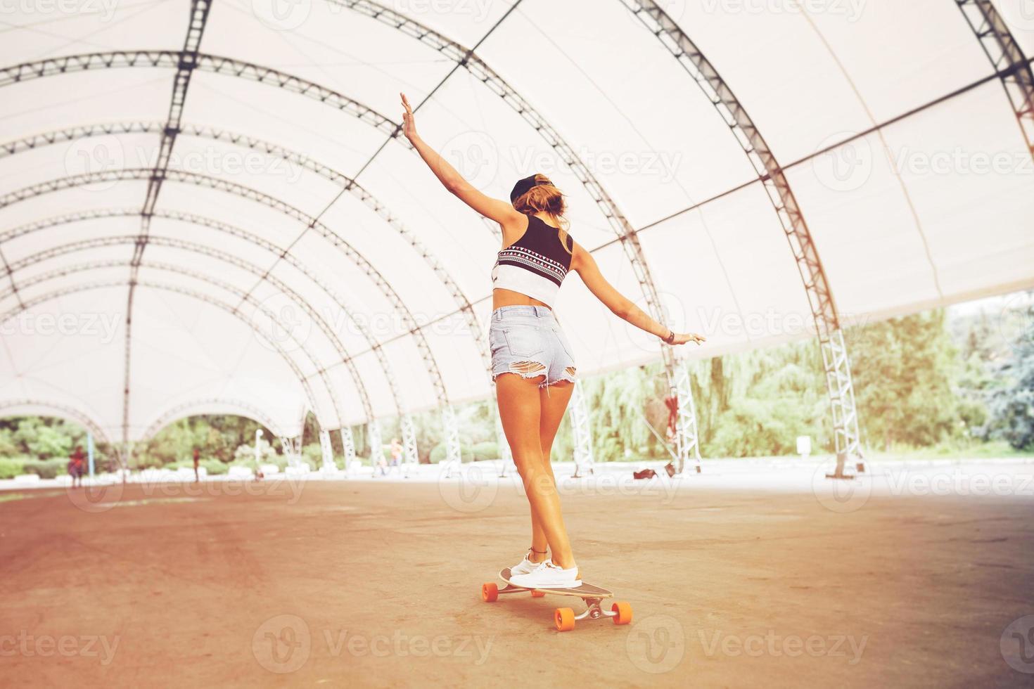 mode de vie mode, belle jeune femme avec longboard photo