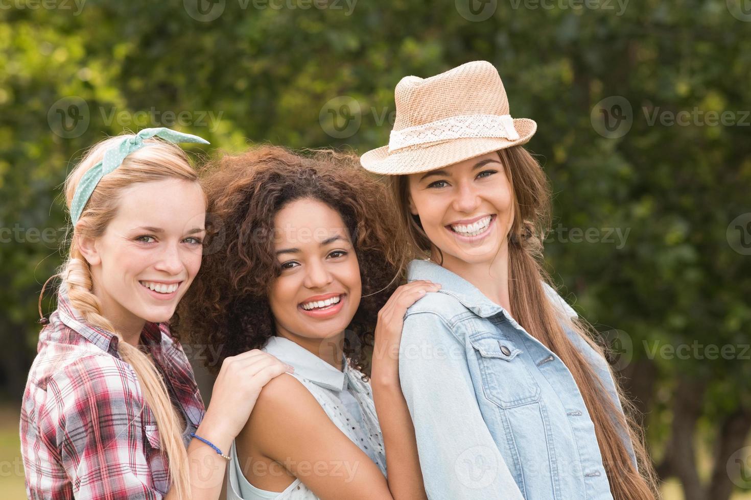 amis heureux dans le parc photo