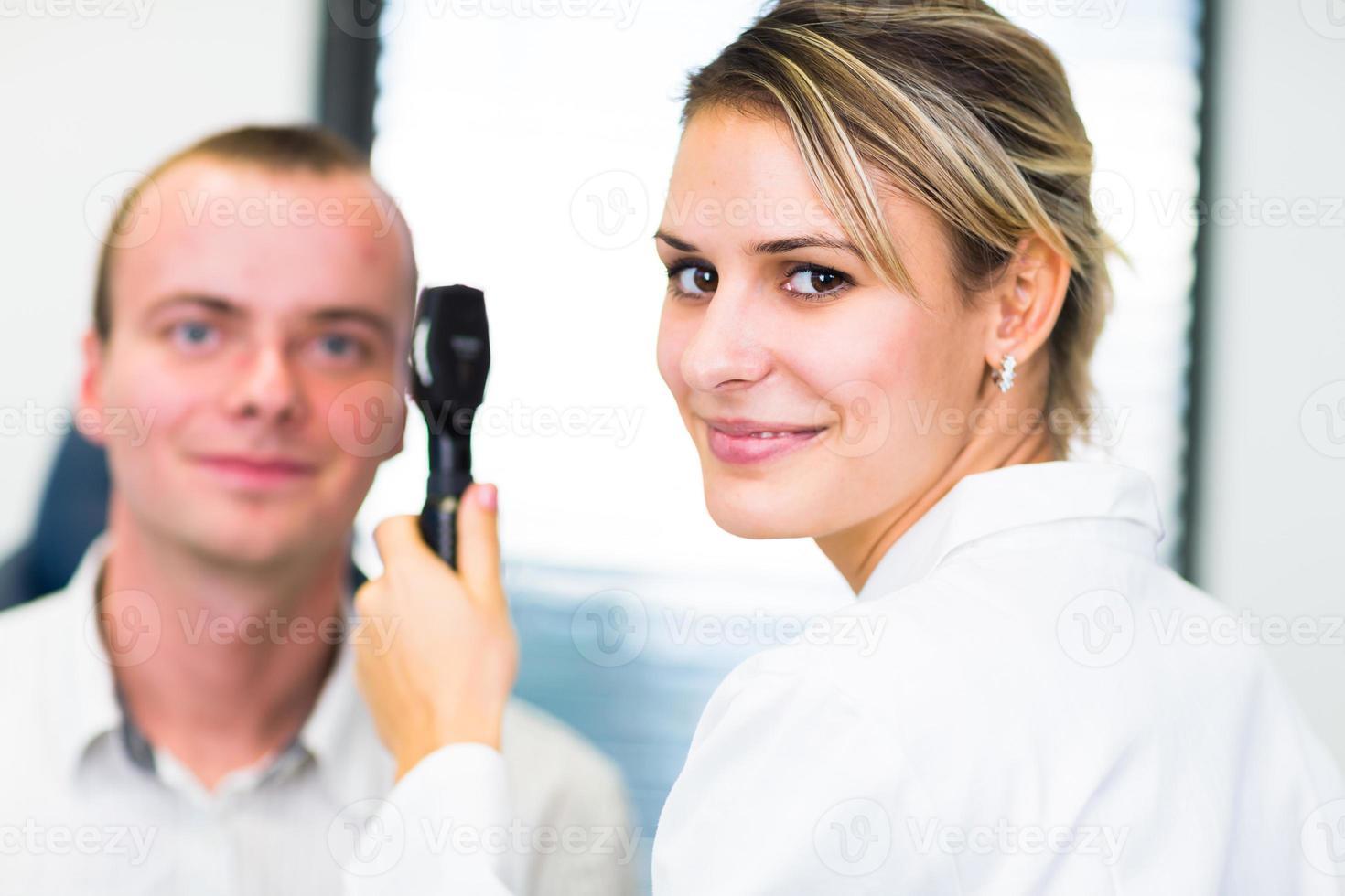 concept d'optométrie - jolie jeune femme ayant ses yeux examinés photo
