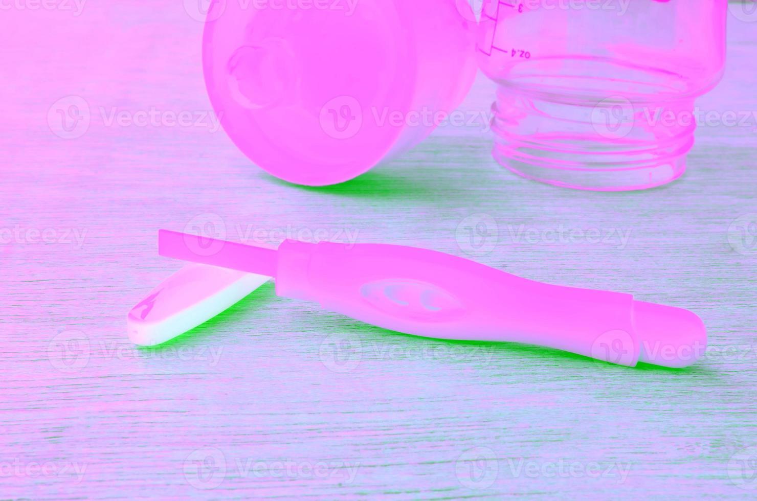 test de grossesse et bouteille de lait photo