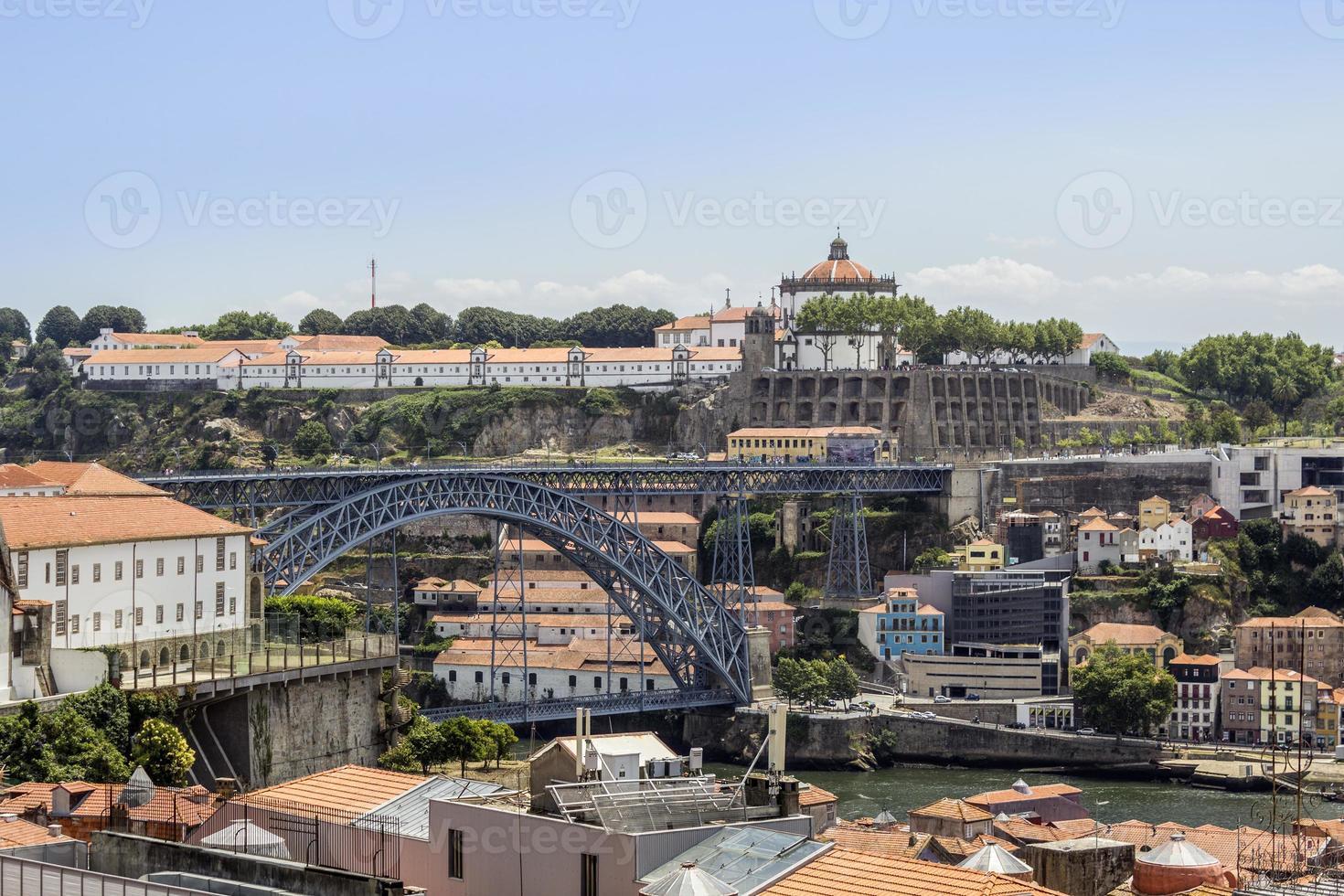 vue sur le vieux centre-ville et le pont dom luiz, oporto. photo