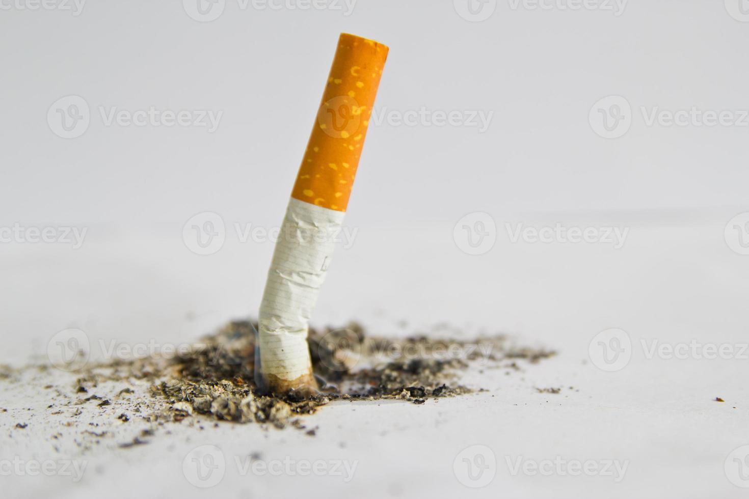 consommé des cigarettes sur fond blanc photo