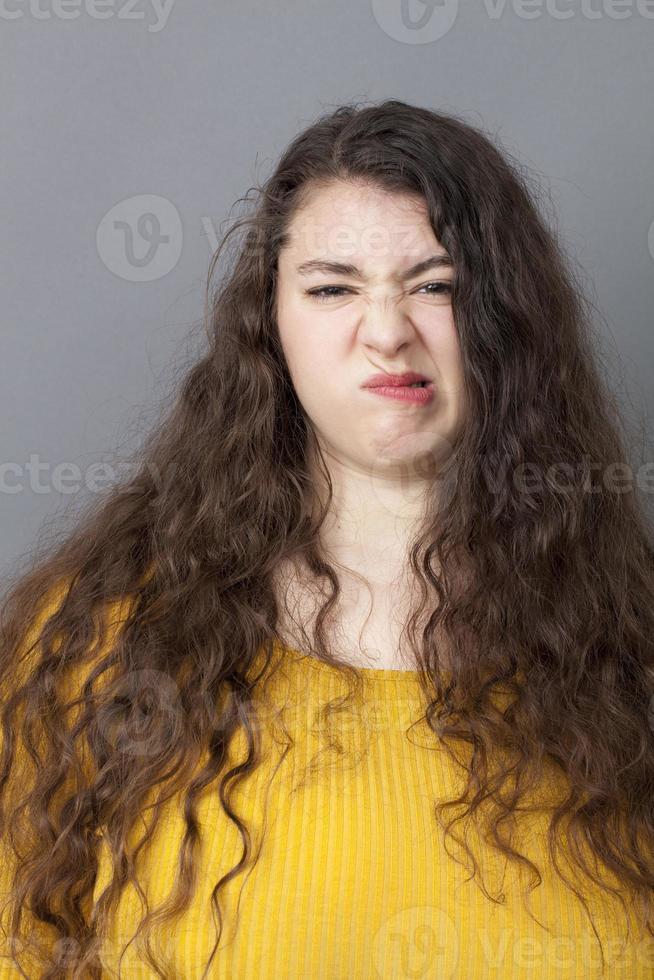 malheureuse 20s grosse femme grinçant des dents photo