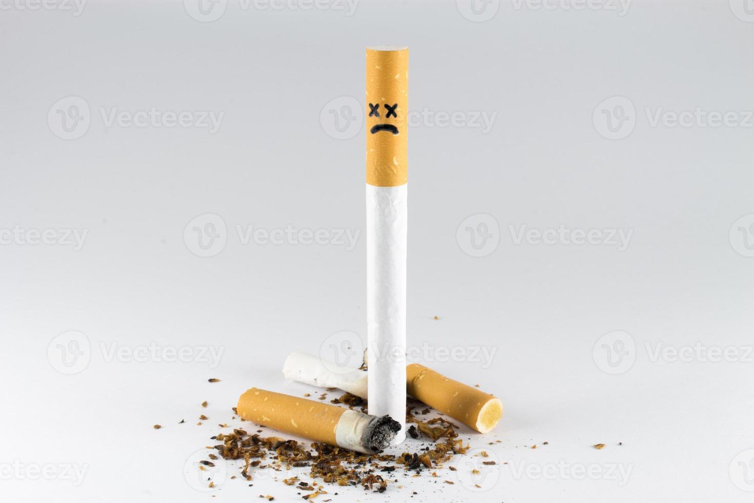 visage de croix de cigarette photo