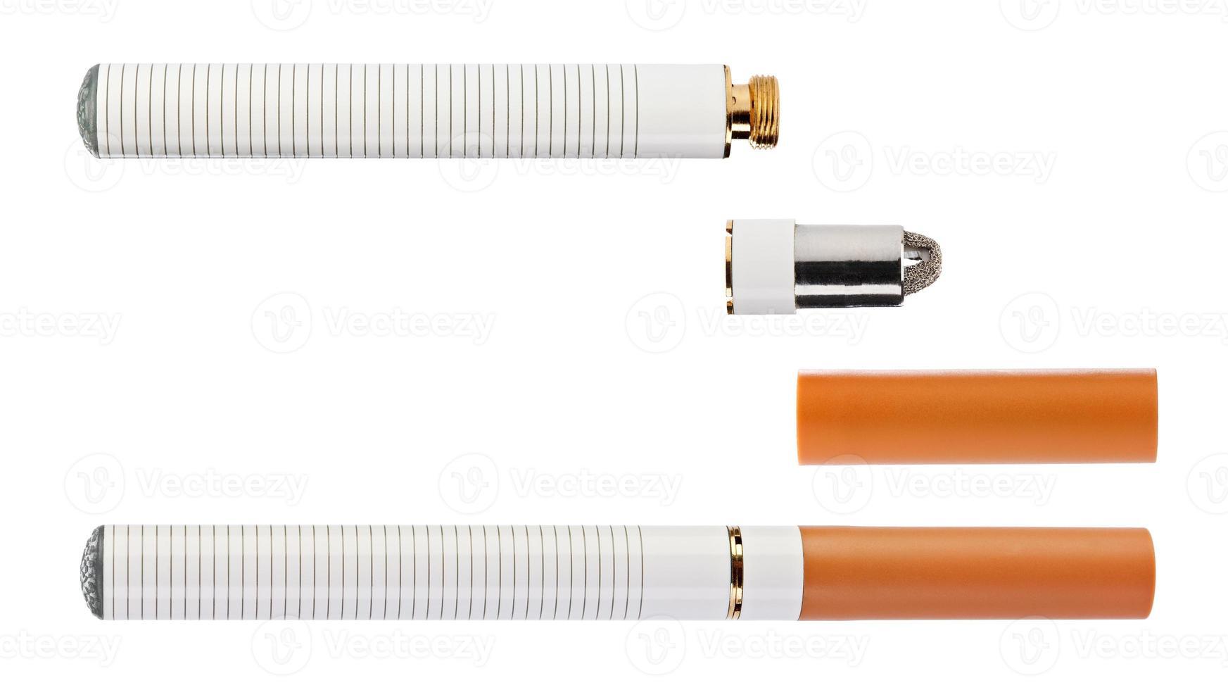 cigarette électronique avec des pièces isolées sur un blanc photo