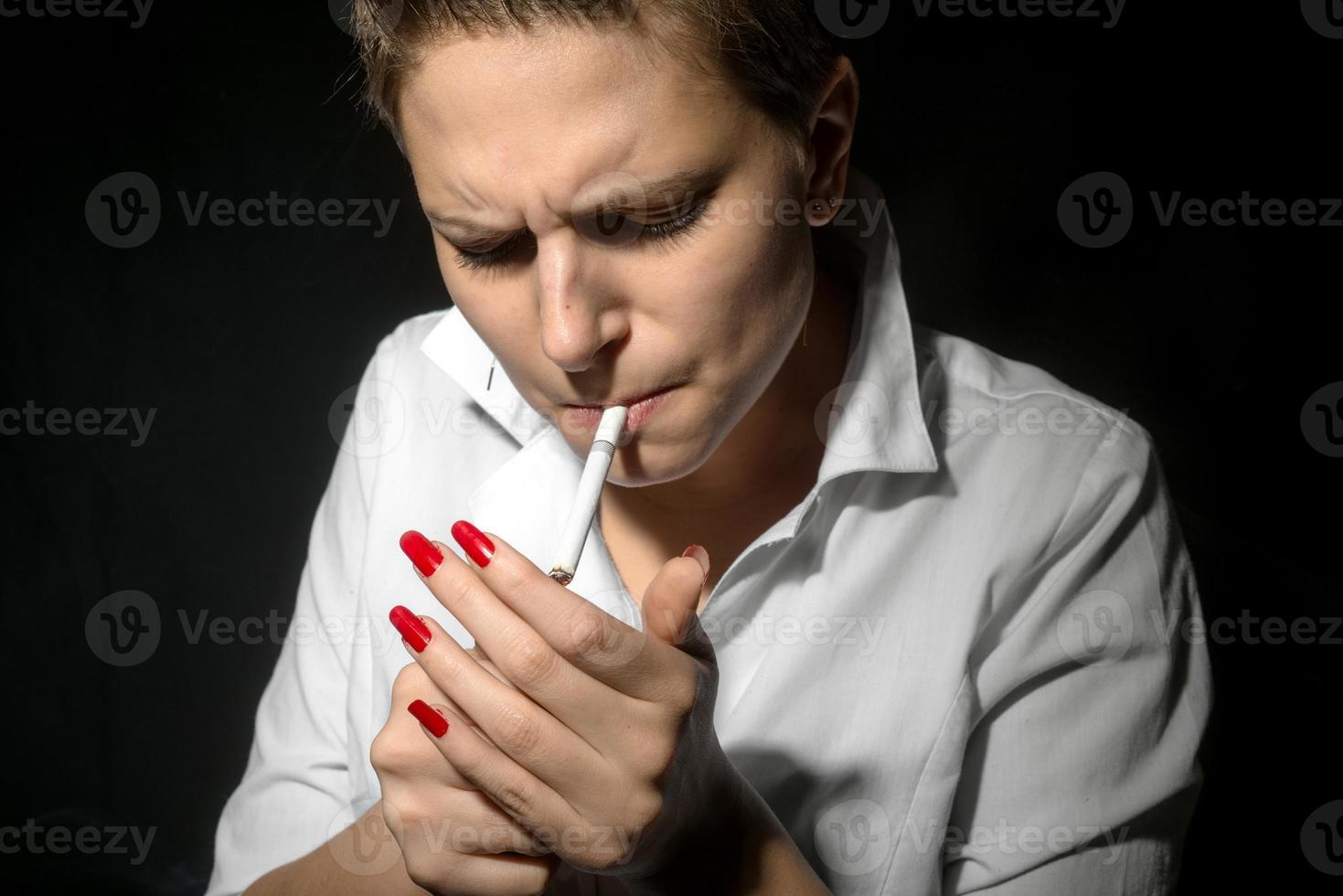 jeune femme fumant dans le studio photo