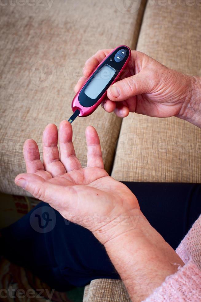 femme testant une glycémie élevée photo