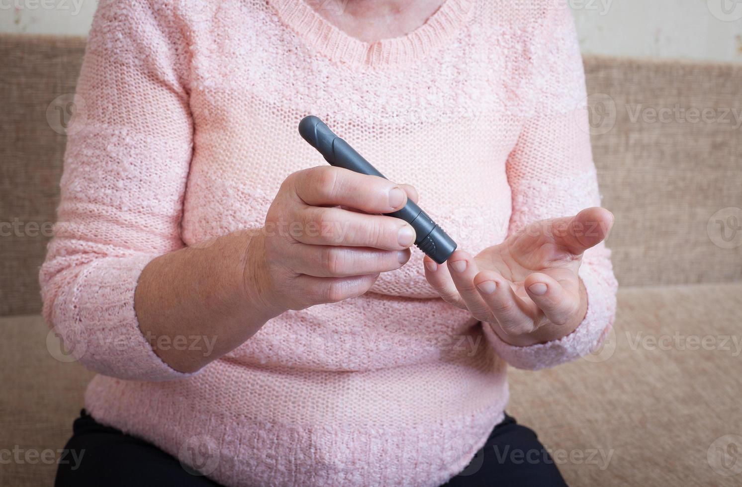 femme testant une glycémie élevée. photo